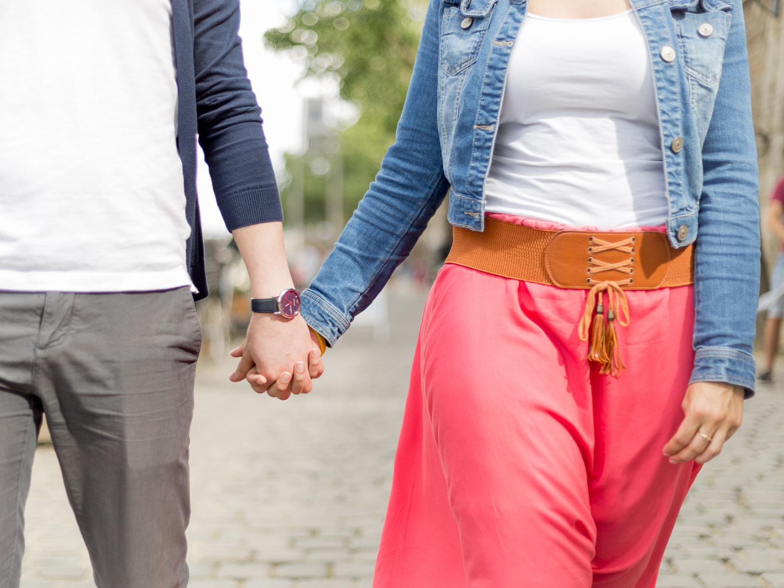 Couple qui se tient par la mains sur les bords de Seine à Paris