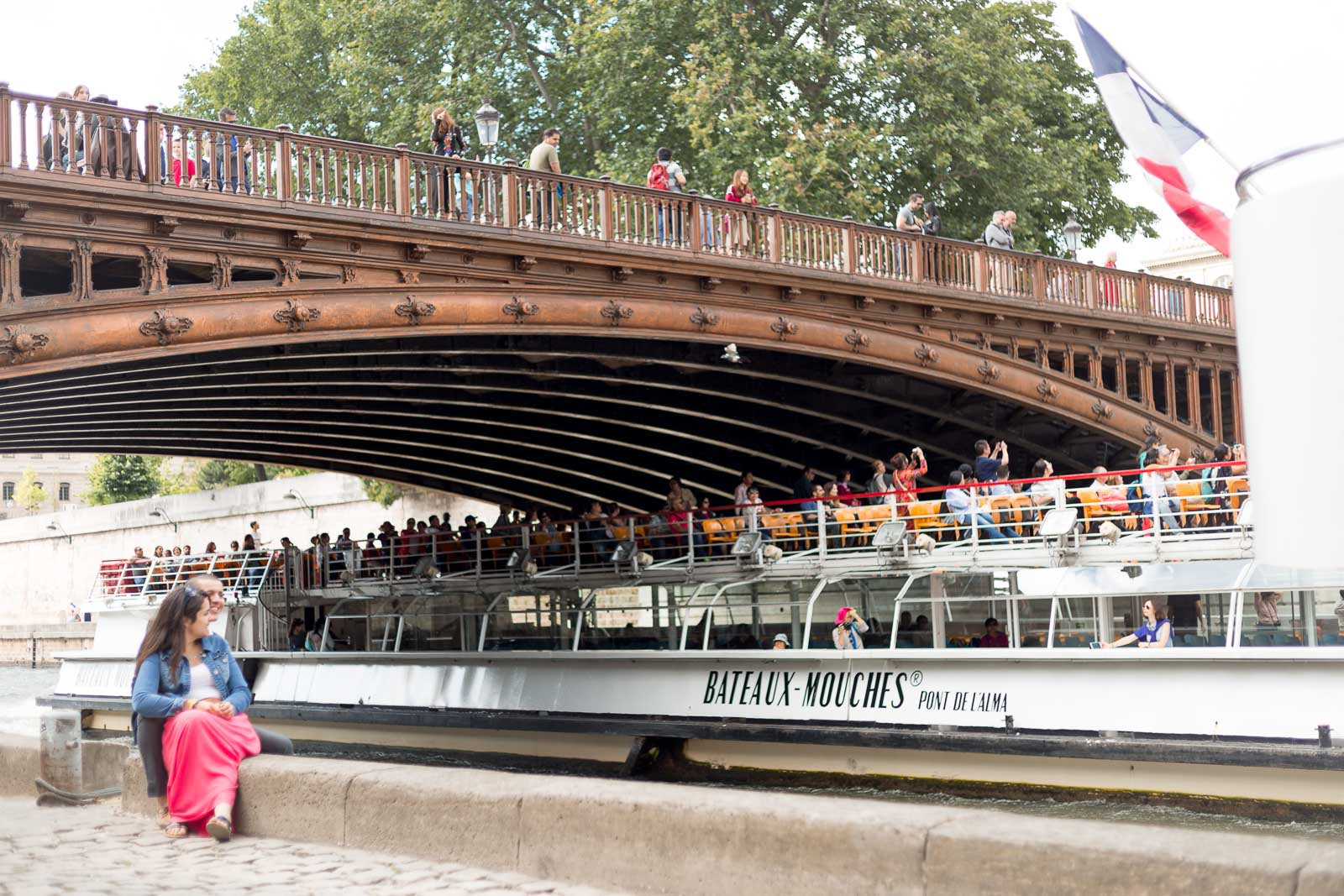 Pont de Notre Dame de Paris et bateau mouche sur la Seine
