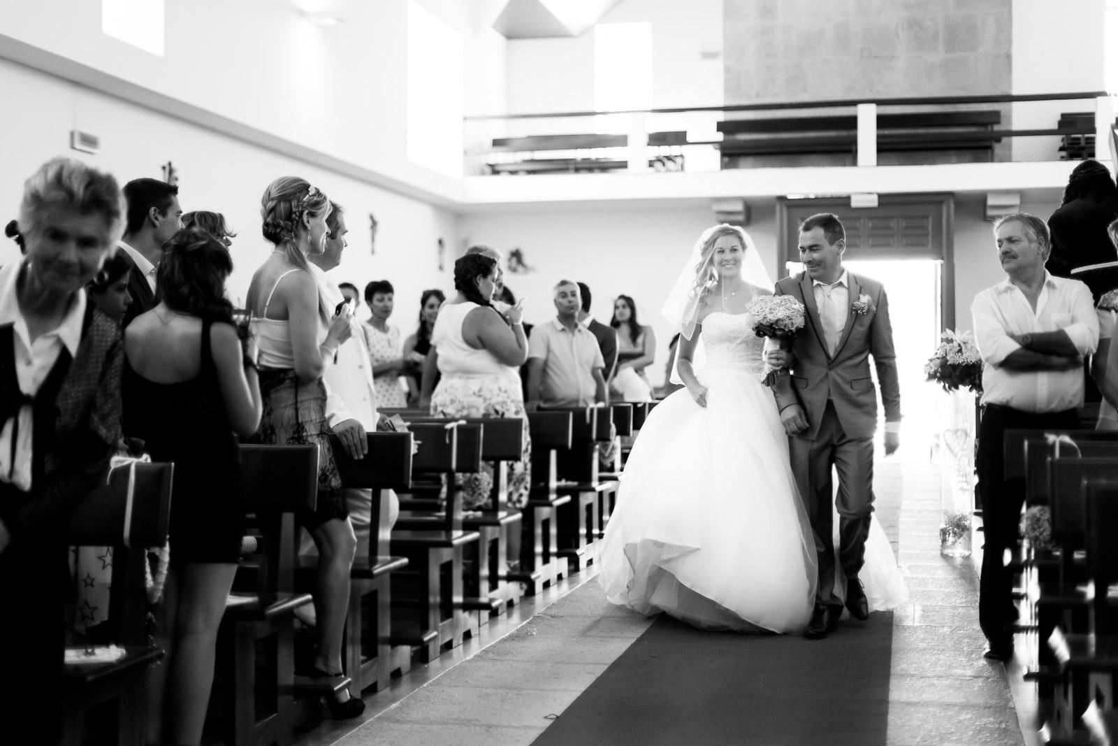Entrée de la mariée au bras de son père a l'église de Queiriga au Portugal