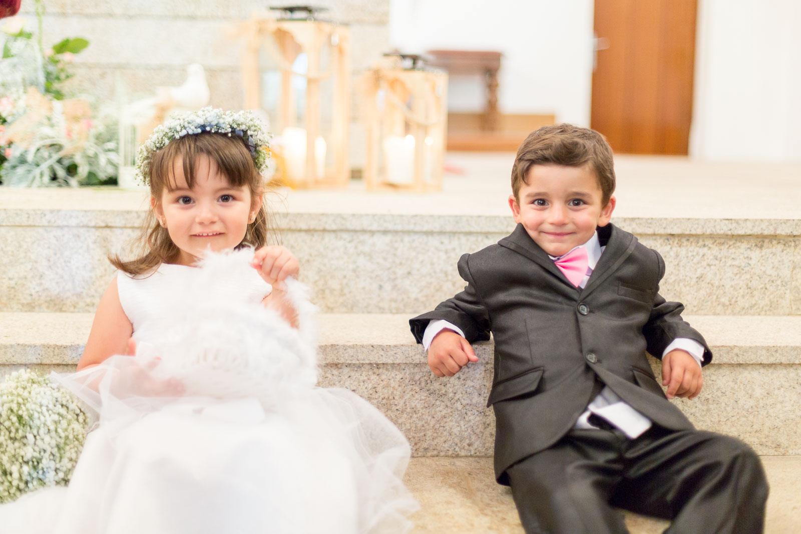 Deux enfants assis sur les marches de l'hotel de l'église de Queiriga