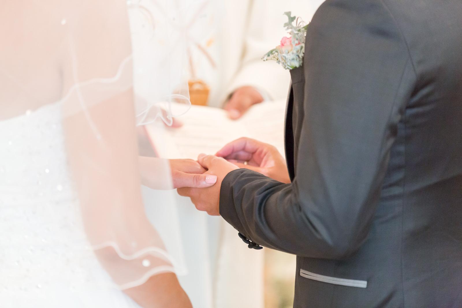 les mariés s'échangent les alliances.