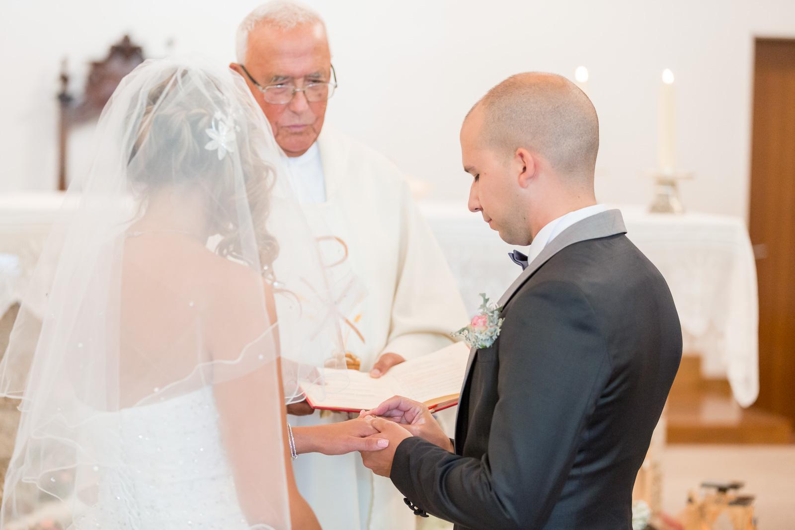 échanges de voeux et d'alliances devant le prêtre