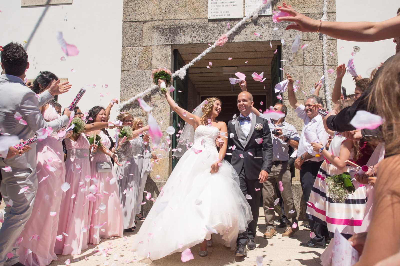 Sortie des mariés église de Queiriga Portugal. pétales de fleurs roses