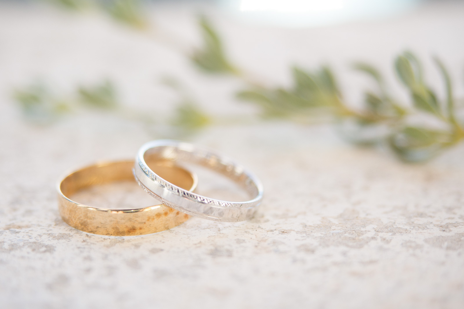 gros plan sur les alliances de mariage sur du marbre portugais. Or jaune et Or blanc