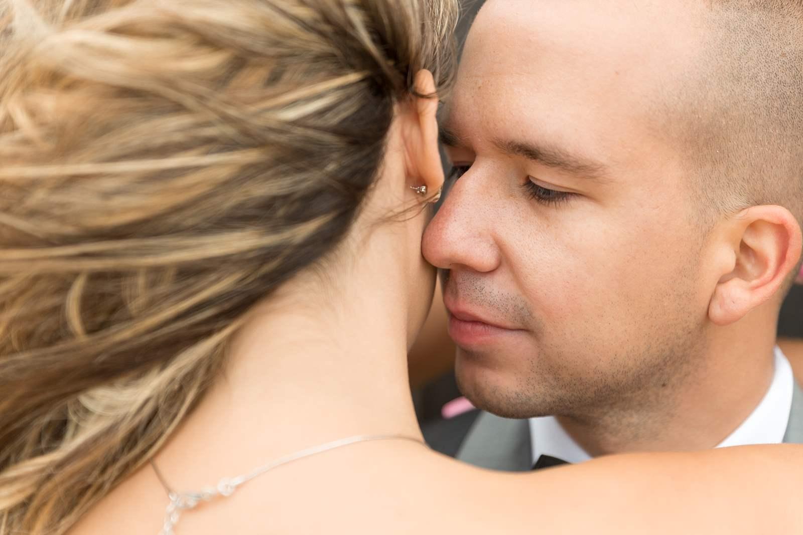baiser dans le creux du coup de la mariée.