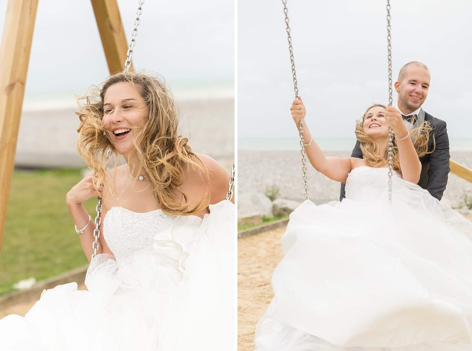 la mariée fait de la balançoire. Elle rie et son mari la pousse.