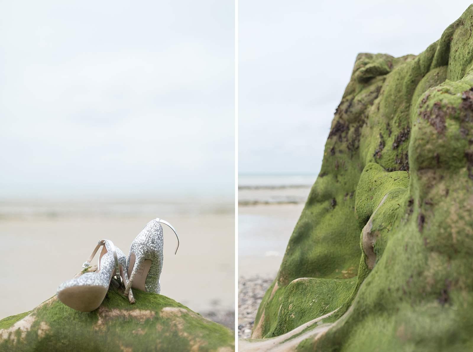 détail de mariage. chaussures de la mariée. rocher et ses algues a marée basse.