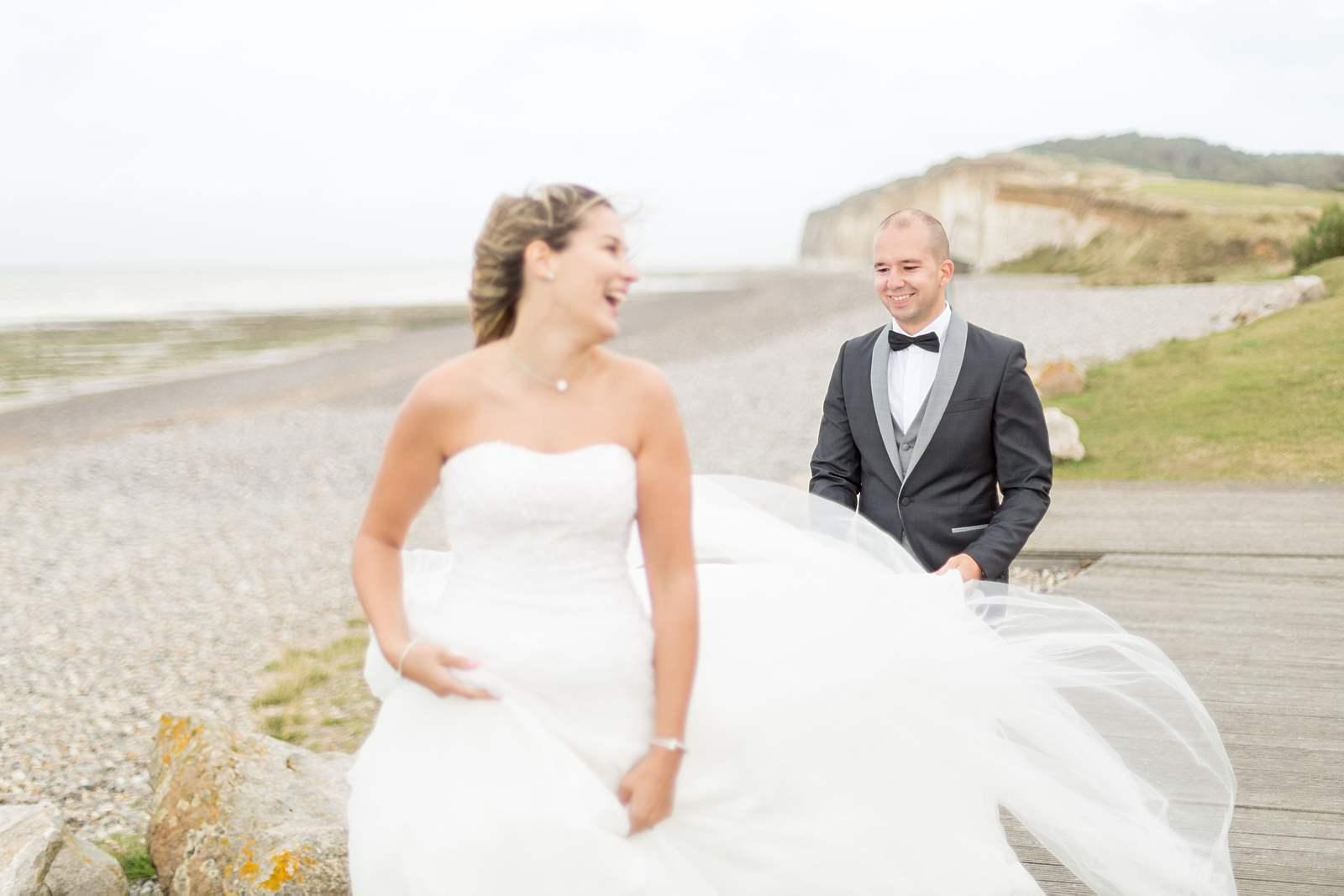 photographie de mariage sur la plage. rires de la mariée