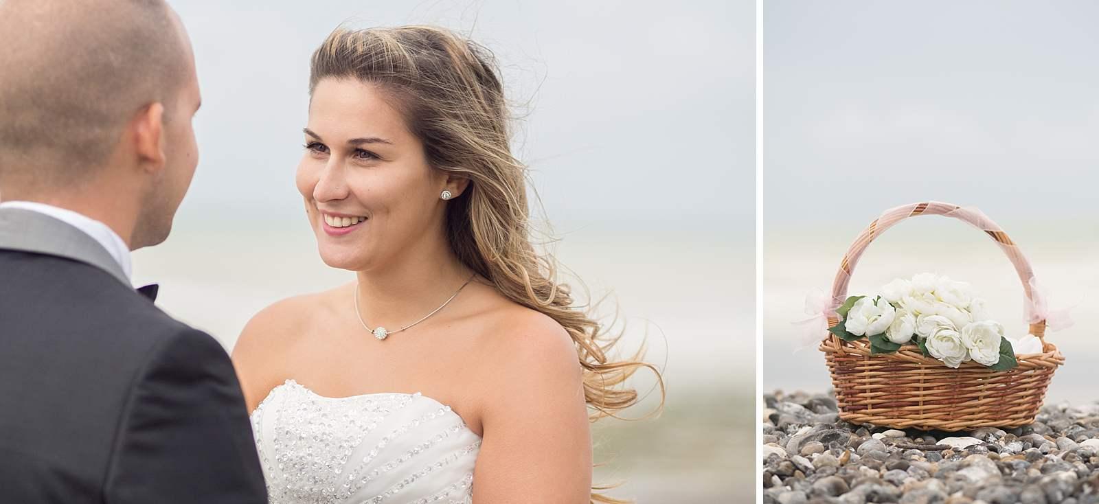 portrait de la mariée et du bouquet de fleurs sur les galets de Normandie