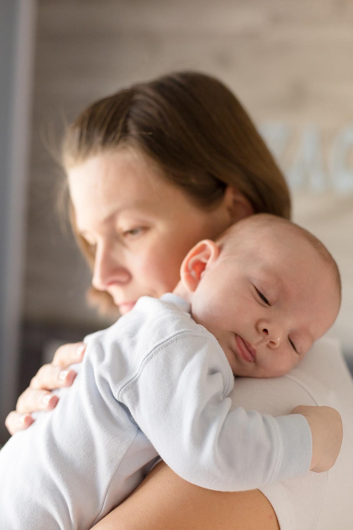 nourrisson fait un calin a sa maman. séance de photographie de famille