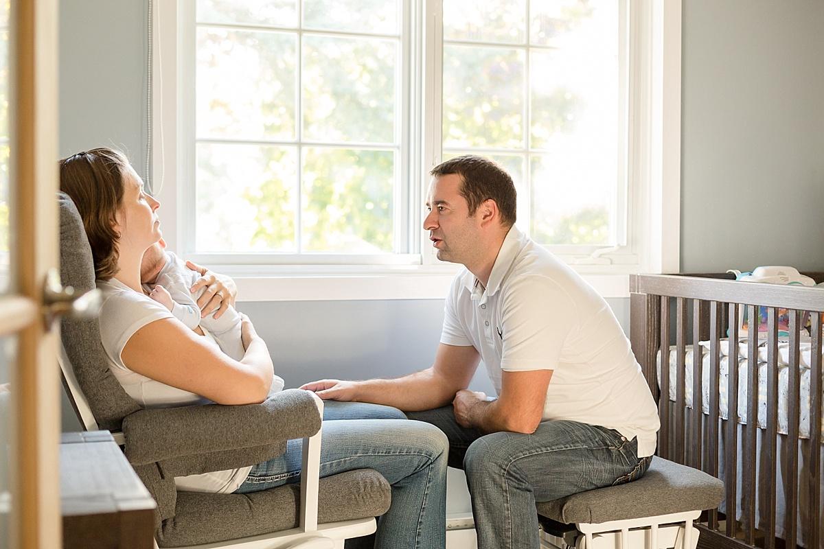 """Papa maman et bébé dans la chambre du bébé sur un """"rocking chair"""""""