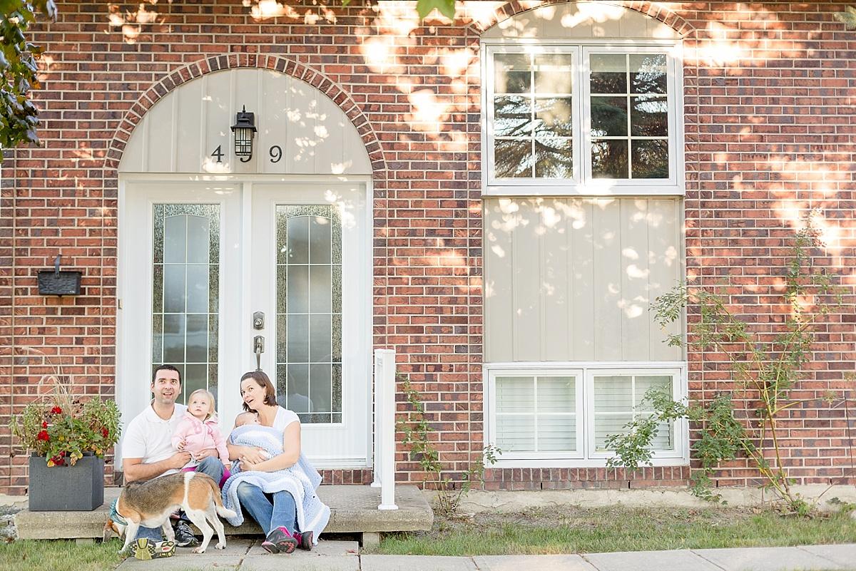 Portrait de famille devant la maison familiale canadienne