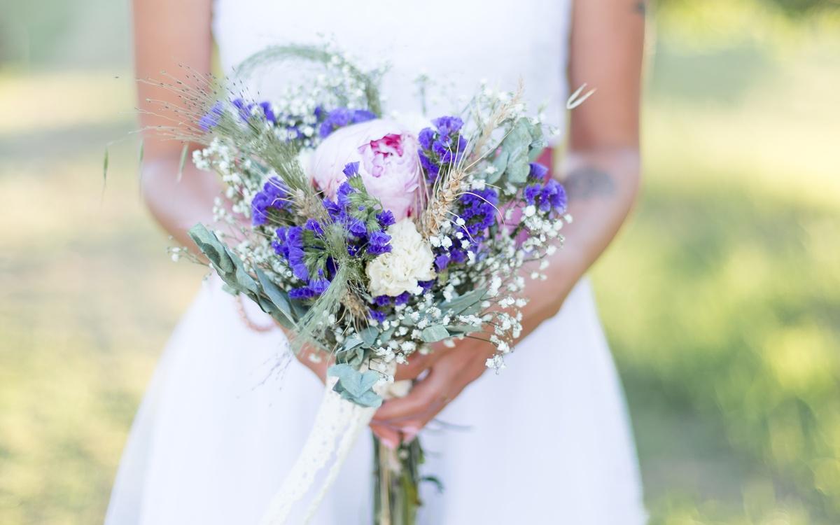 bouquet de mariage fleurs des champs, rose rose, fleurs violettes eucalyptus
