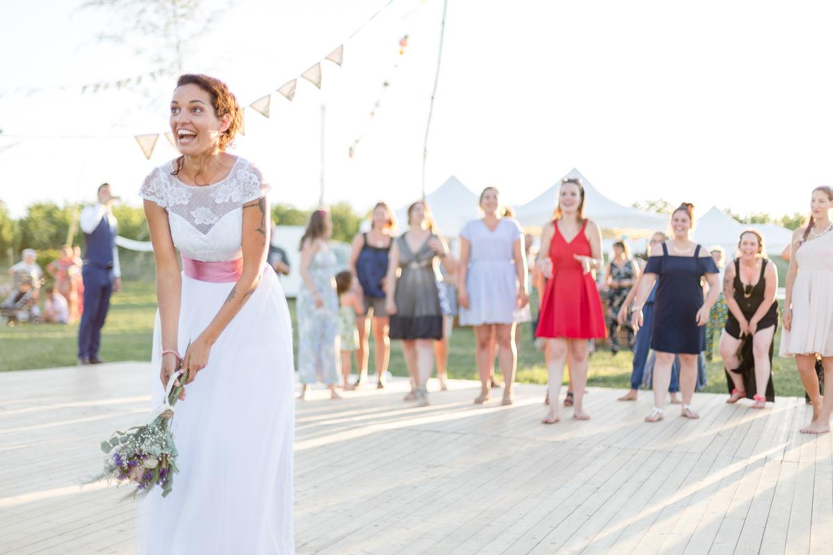 le lancé de bouquet mariage champêtre en extérieur