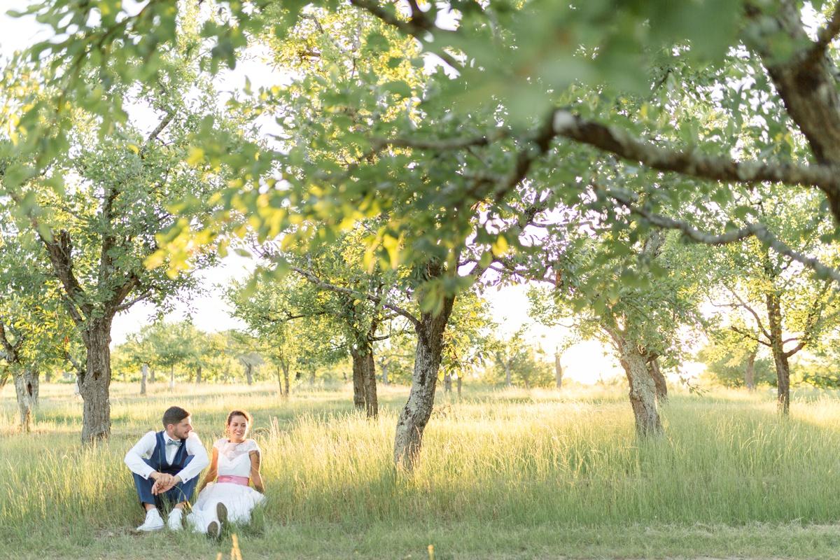 Mariés en converses dans les vergés au soleil couchant