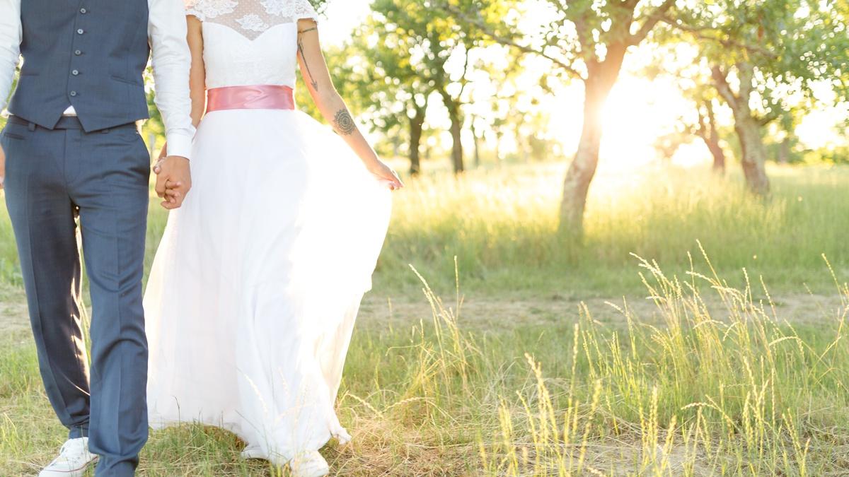 coucher de soleil mariage, photographie des mariés en contrejour