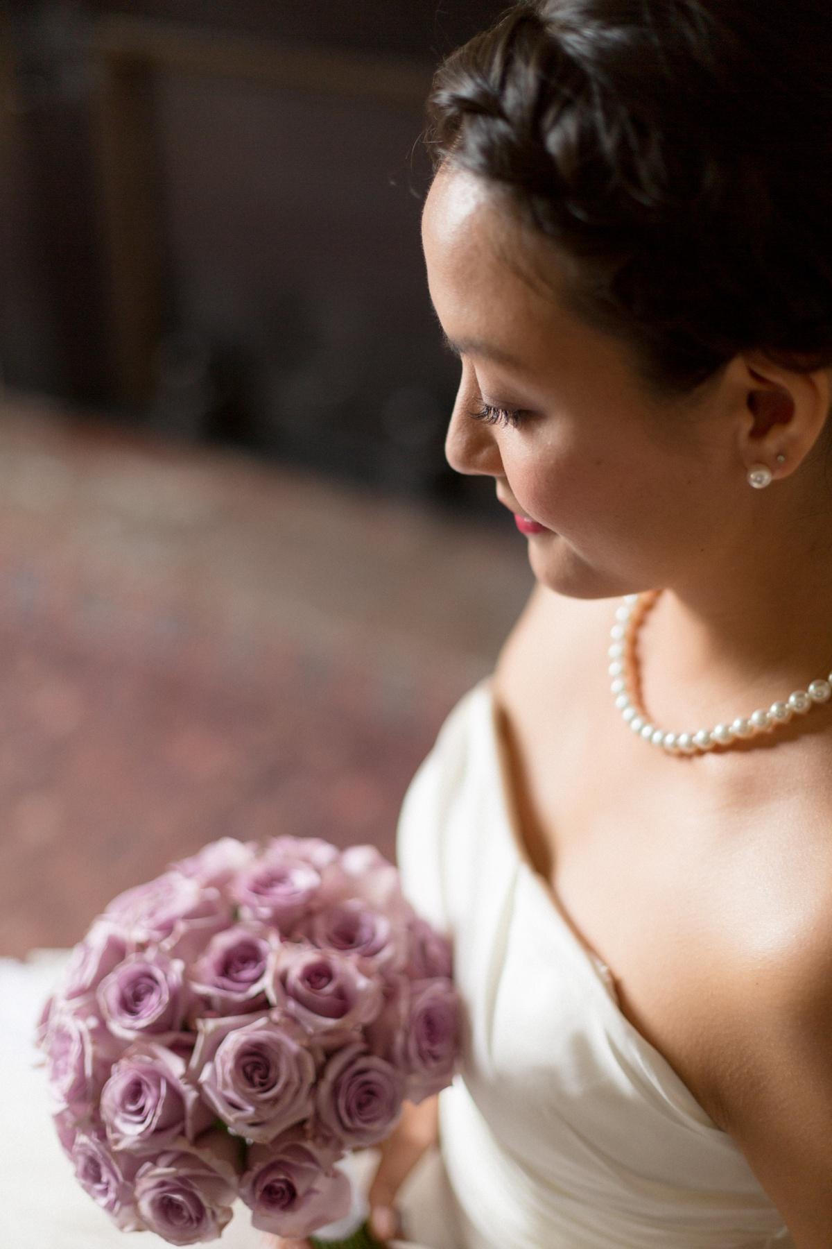 Portrait mariée bouquet parme