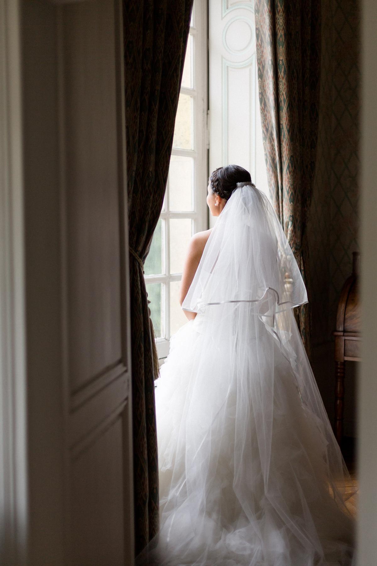 photographe portrait mariage, mariée à la fenêtre château de champlâtreux