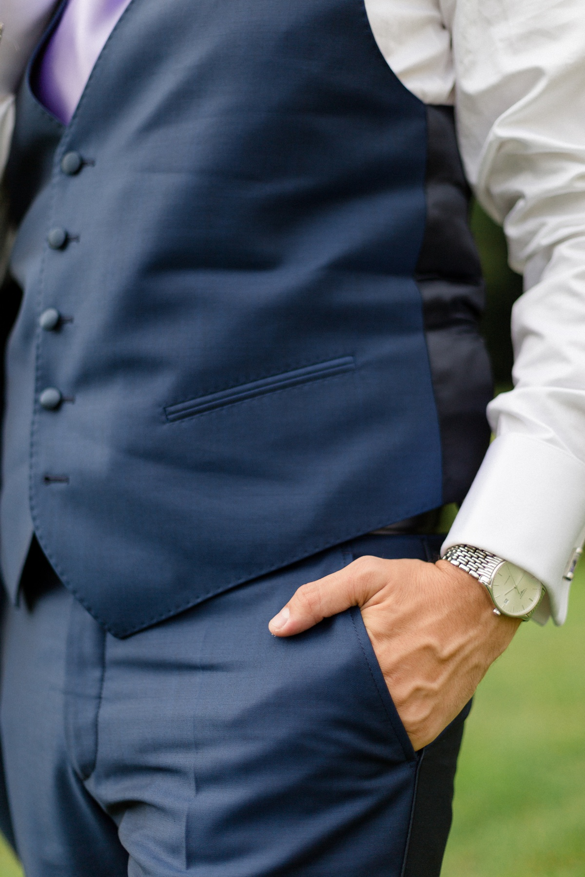 Costume mariage bleu. photographe préparatifs mariage. portrait du marié
