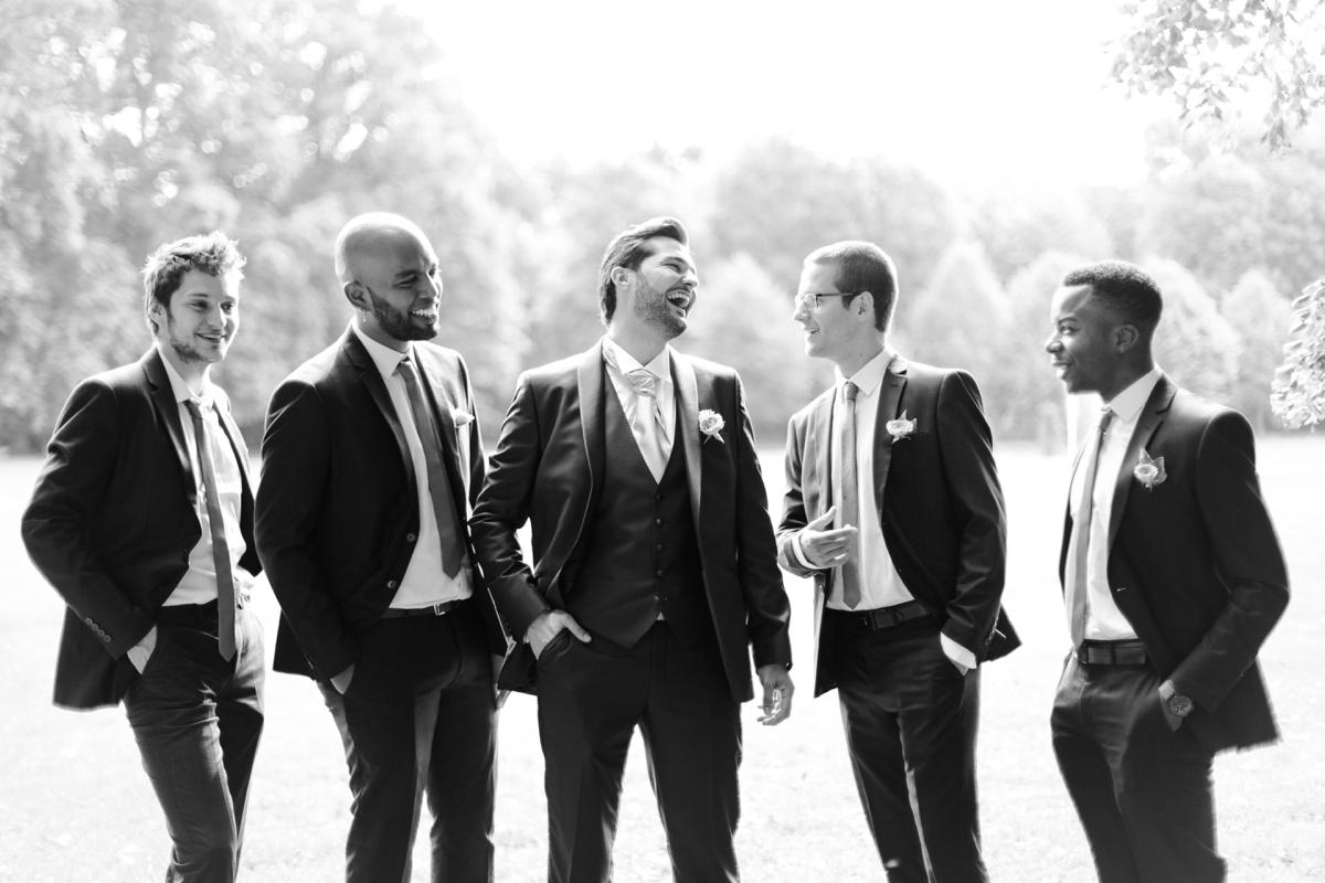 photographe mariage Val d'Oise, marié et garçons d'honneur noir et blanc