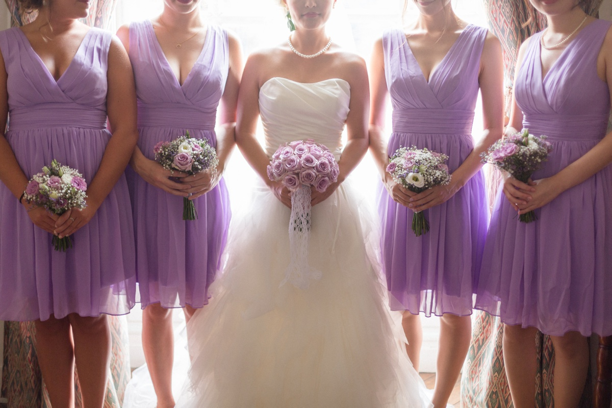 portrait de mariage Demoiselles d'honneur robes parme bouquet de la marié. mariage château de Champlâtreux