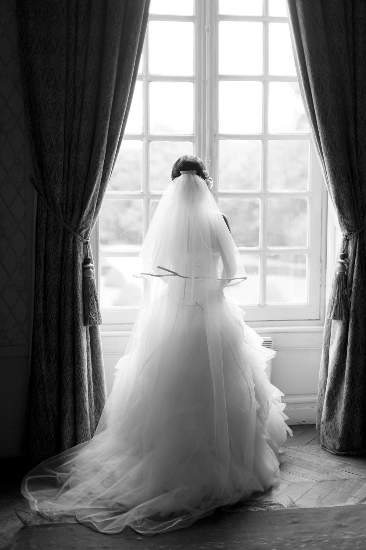 Portrait robe mariage fenêtre N&B