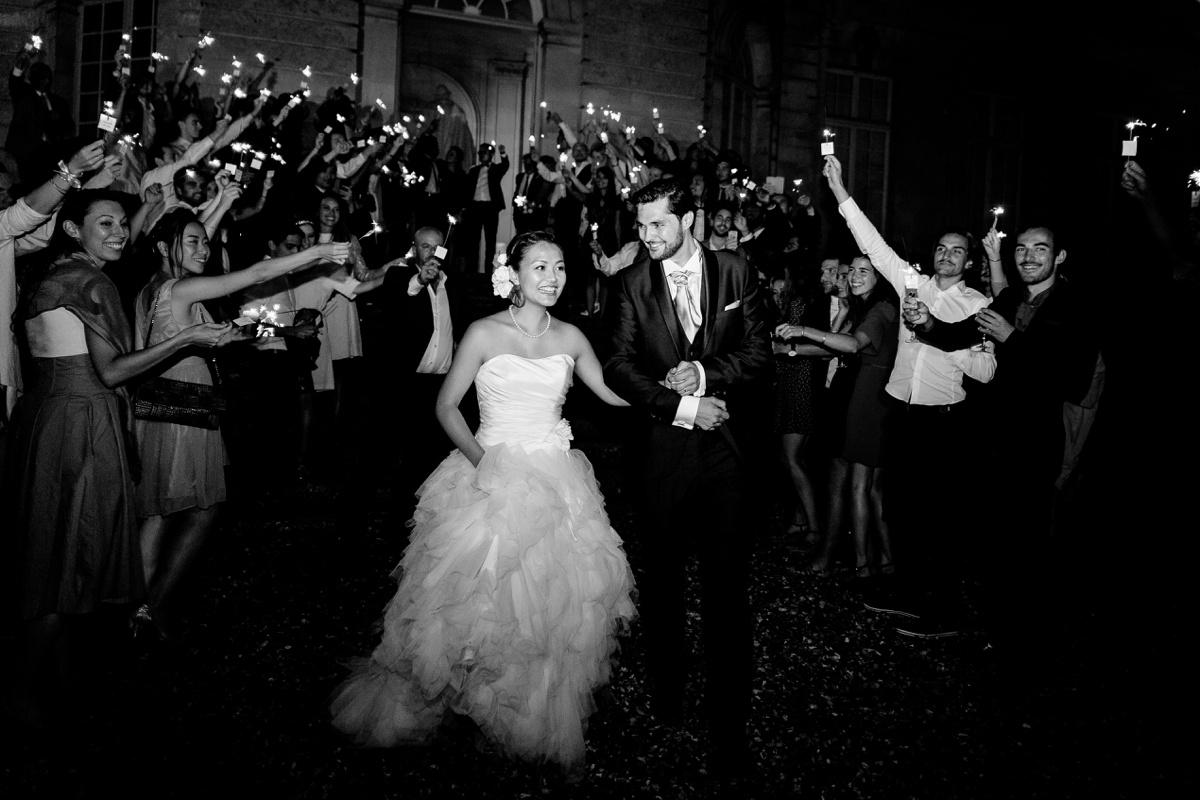photo de groupe. entrée des mariés Cierges lumineux mariage nuit