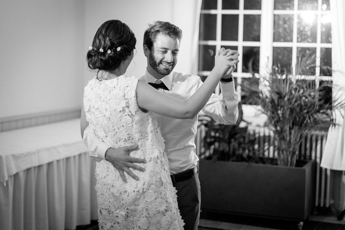Le sourire du marié à l'ouverture du bal