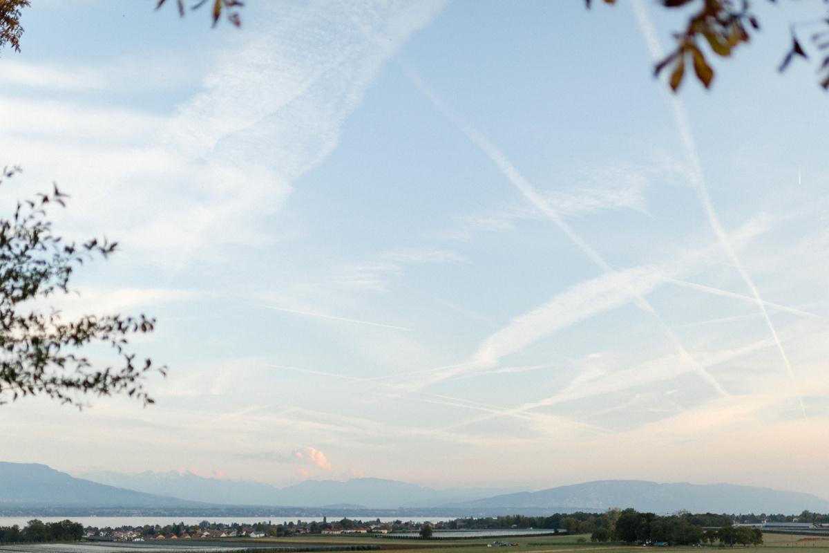 Vue du lac Léman depuis le château de Bossey. Ciel bleu et montagnes