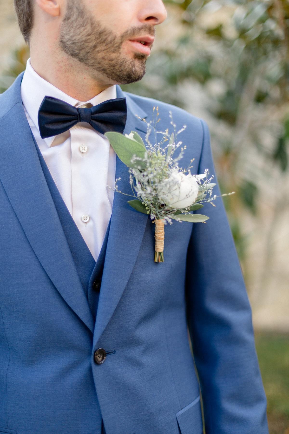 boutonnière et costume de mariage bleu. fleuriste Wuillemin Genève et costume De Fursac