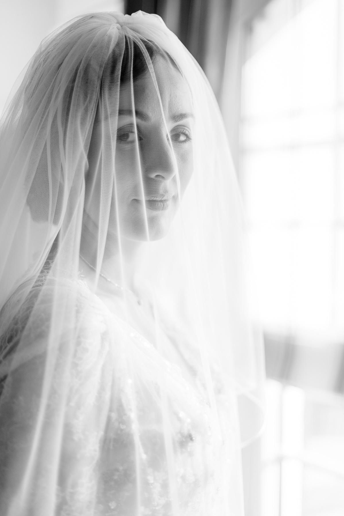 Portrait de la mariée avec son voile en noir et blanc