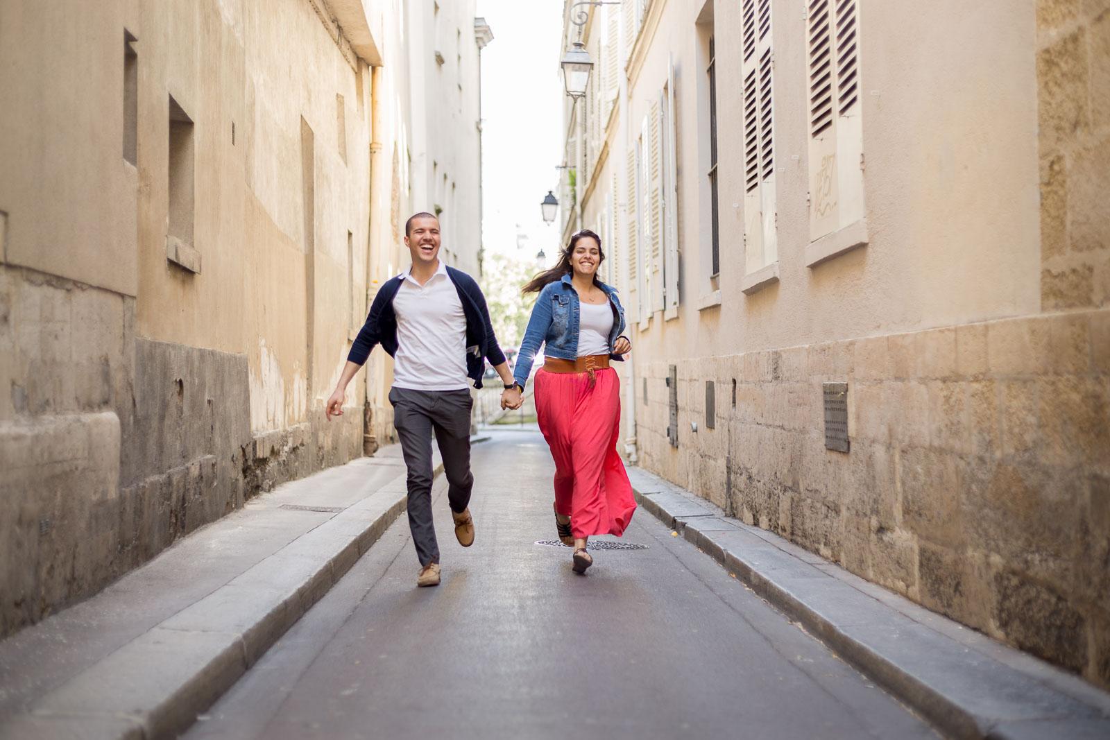 seance photo paris couple amoureux courent dans les rues de Notre Dame