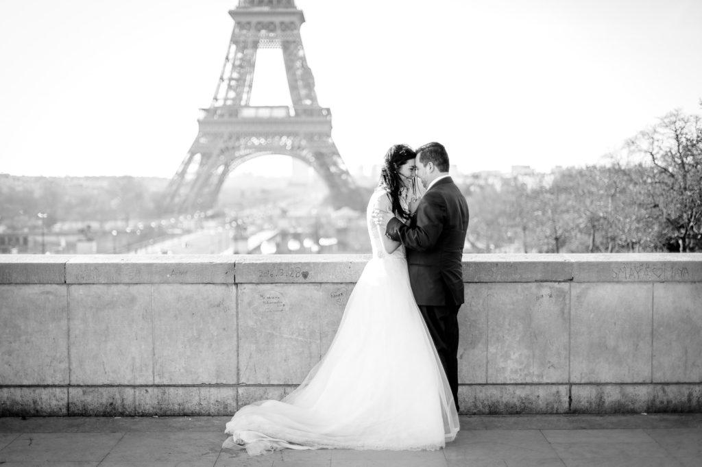 photographie mariage, les mariés s'enlacent devant la tour Eiffel