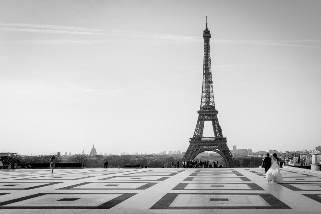 photographie noir et blanc de la Tour Eiffel vue depuis la place du Trocadéro
