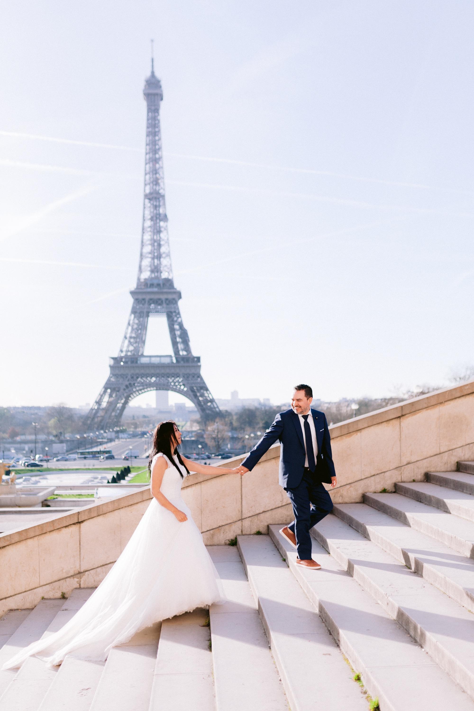 photographie séance couple escalier du trocadéro avec tour Eiffel