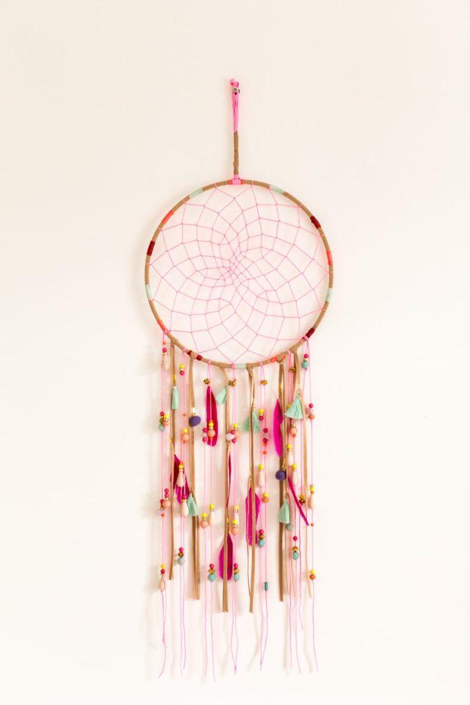 Photographie de détail, décoration chambre de bébé, attrape rêve coloré