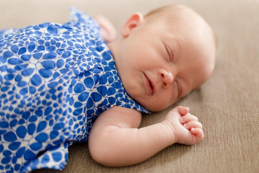 portrait de bébé. fille avec une robe à poids bleu