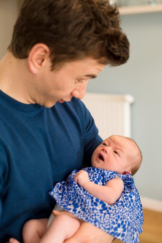 complicité et échange de regard d'un bébé et son papa; photographe de famille