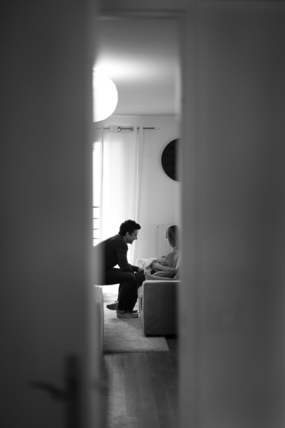 Séance lifestyle photographie de naissance. Accueil d'un nourrisson au sein du foyer