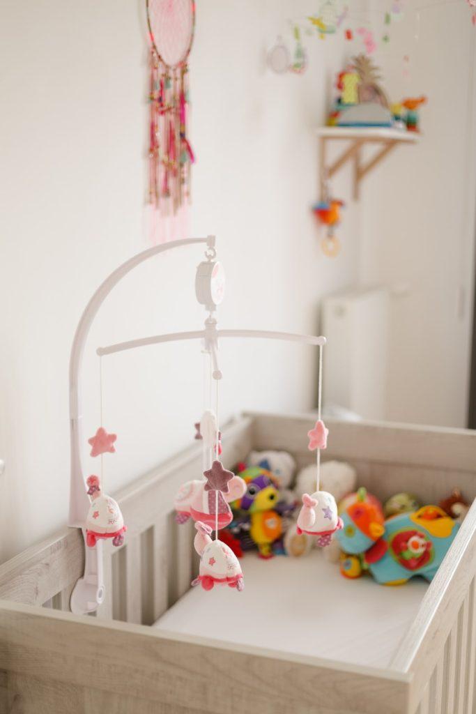 photographie d'intérieur lit de bébé dans une chambre d'enfant