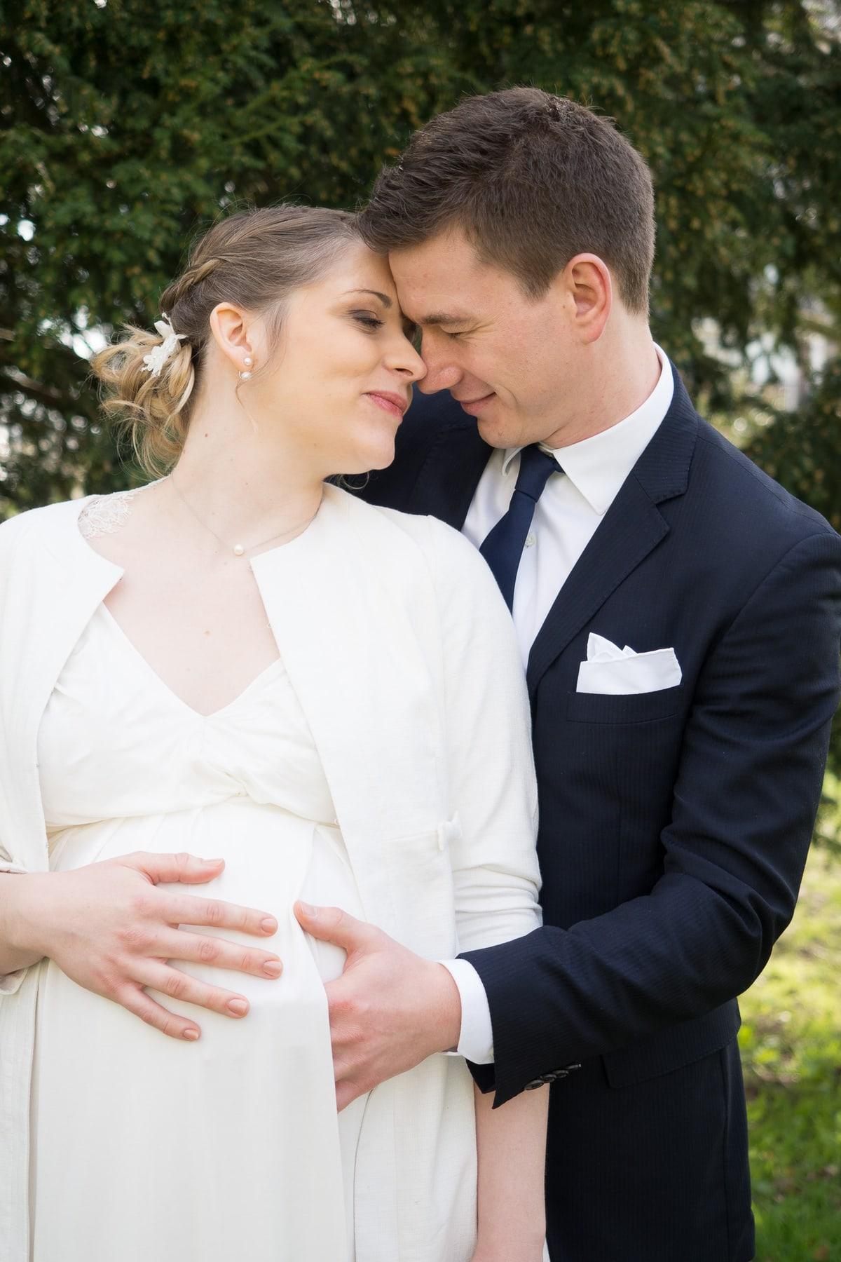 Portrait des mariés. mariée enceinte.