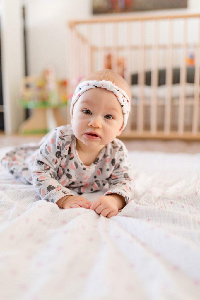 photographie d'un enfant qui joue sur son tapis dans sa chambre