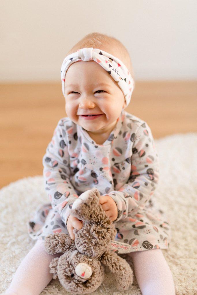 petite fille qui sourit lors d'une seance photo portrait
