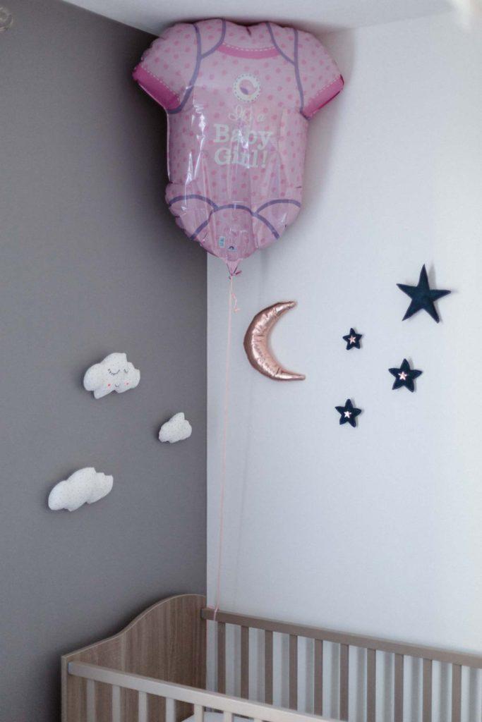 Décoration du coin sommeil d'une chambre de petite fille. Nuages et étoiles en tissu.