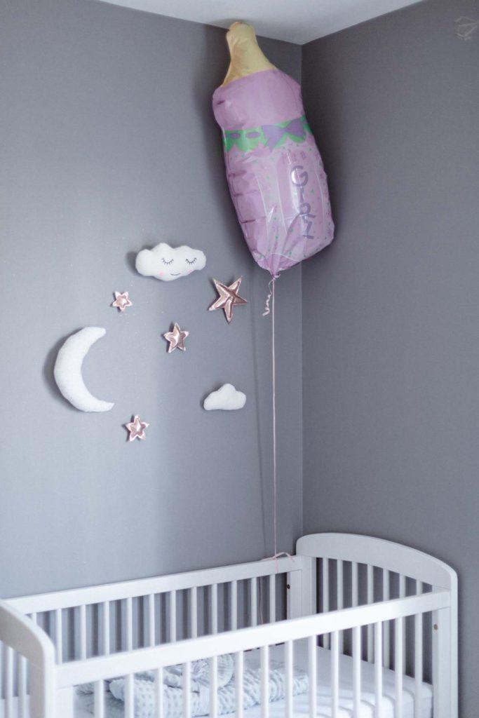 Deuxième lit de bébé de cette séance photo de maternité. Les futurs parents attendent des jumelles.
