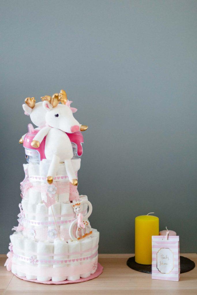 Gateau de couches rose avec des licornes. Baby shower fille