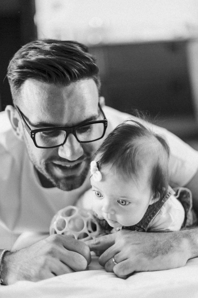 Papa vie un moment de complicité et de partage avec sa fille. photographie en portrait serré noir et blanc