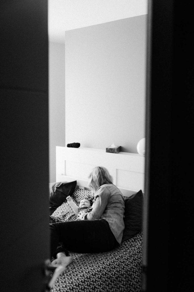 maman fait un câlin a fa fille sur le lit. Photographie volée en noir et blanc