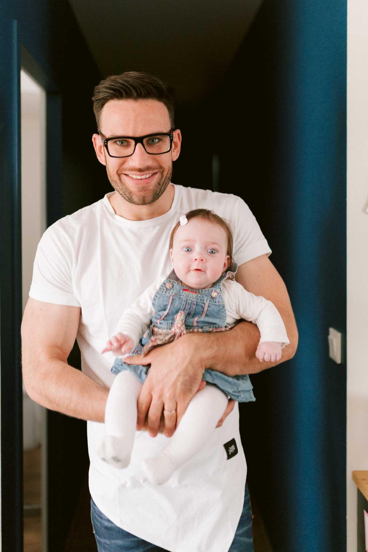 séance photo en famille, Portrait père et fille à la maison.