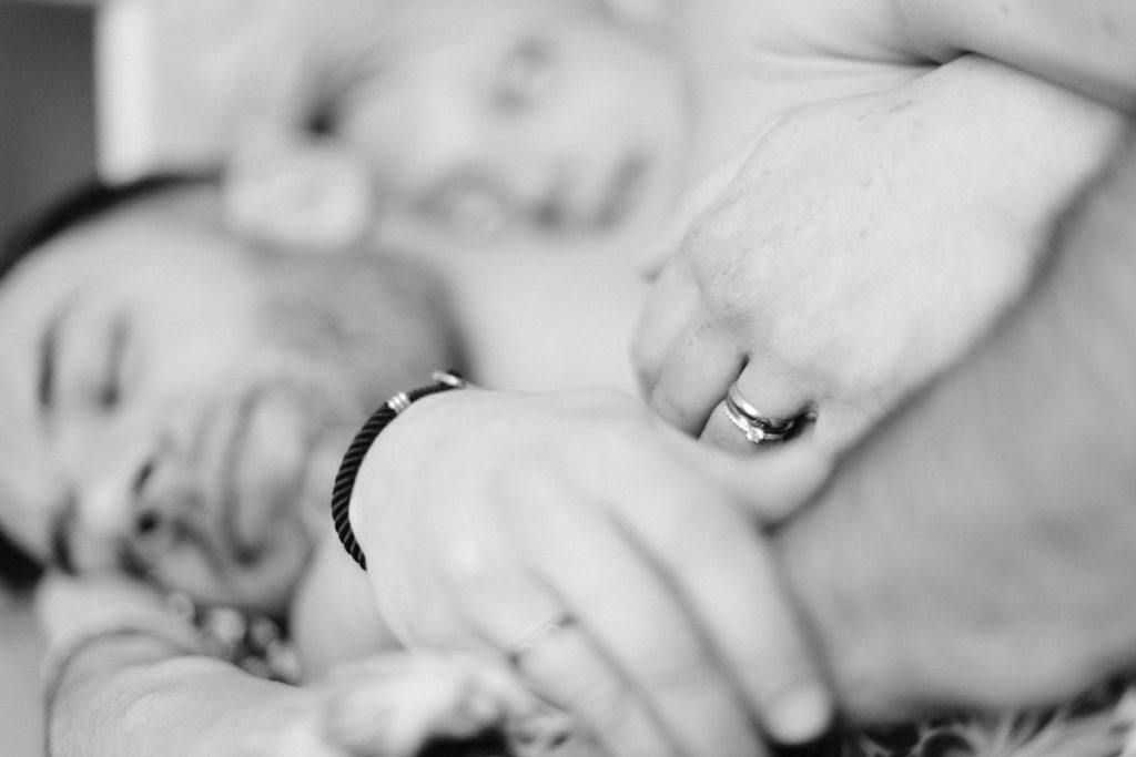 gros plan sur les mains du couple et leurs alliances de mariage.